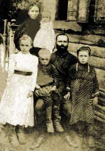 Преподобномученица Татьяна Алексеевна Фомичева (семья Фомичевых, Татиана крайняя слева)