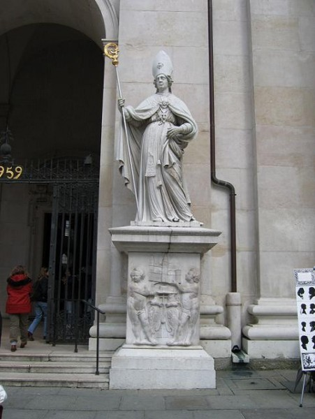 Статуя святого Виргилия перед входом в кафедральный собор Зальцбурга