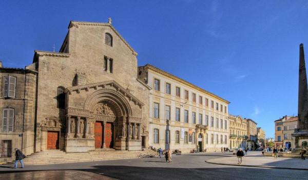 Собор Святого Трофима (фр. Cathédrale Saint-Trophime)— католический собор в городе Арль, Франция