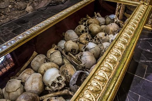 рака с останками мучеников в Батакской Церкви. Видны характерные повреждения на многих черепах