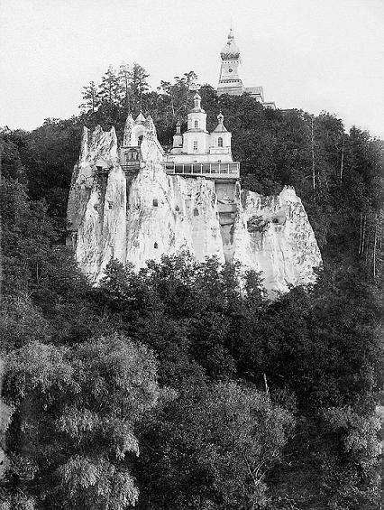 Древняя святыня обители — храм святителя Николая на меловой скале, принявшей внутрь себя на 17 лет пещерного затвора преподобного Иоанна