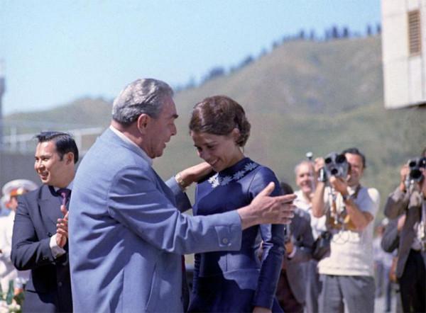 Леонид Брежнев и Ирина Роднина на Ледовом стадионе в Медео. 16 августа 1973 года. Фото Иосифа Будневича