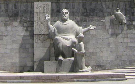 Месроп Маштоц с учеником. Памятник в Ереване