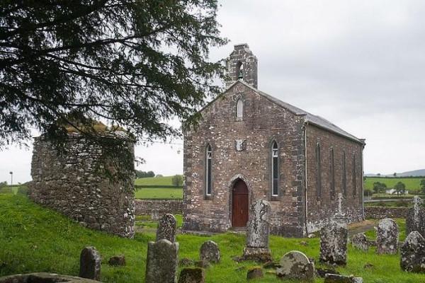 Современная церковь св. Киерана на территории монастыря Сайгир, Оффали, Ирландия