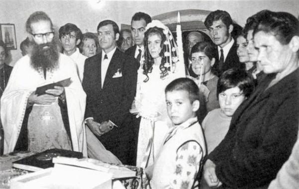 Отец Яков совершает таинство венчания в деревне Каламуви в 1972 году