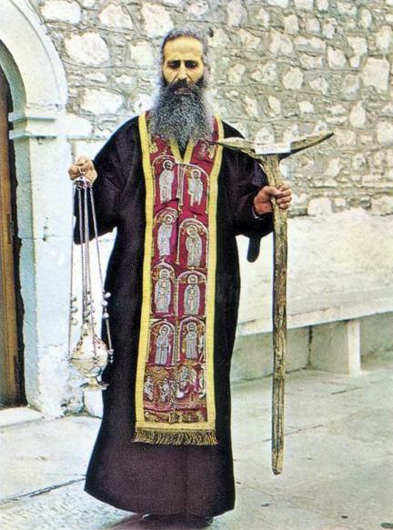 Отец Яков с епитрахилью, посохом и кадилом преподобного Давида Эвбейского, 1976