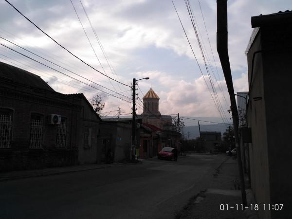 вид с нашей улицы на кафедральный собор Тбилиси