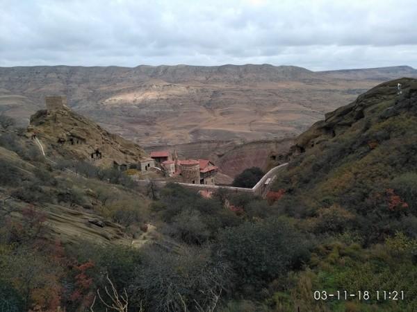 вид на Давидо-Гареджийский монастырь с Азербайджанской границы