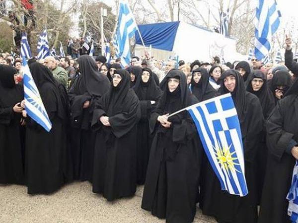 монахини с флагами