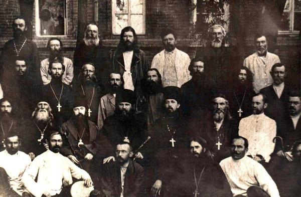 Архиепископ Митрофан (Краснопольский) и епископ Леонтий (фон Вимпфен) в кругу сельского духовенства Астраханской епархии