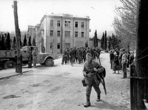 Крым, Алушта, Апрель 1944 года, колонна пленных румын, на переднем плане партизан (с немецкой бляхой на ремне, одет во что было)