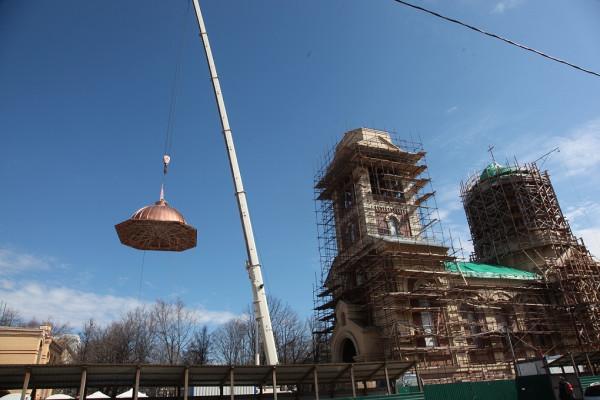 Храм свт. Спиридона в Коптево - установка купола 1
