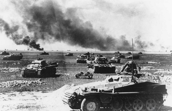 _Лёгкий полугусеничный бронетранспортёр (Sd.Kfz-250) перед немецкими танковыми подразделениями, перед наступлением 21 июля 1941 года на русском фронте, во время немецкого вторжения в Советский Союз