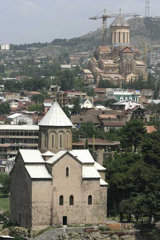 Метехи_на заднем плане _строящийся собор Самеба_Тбилиси