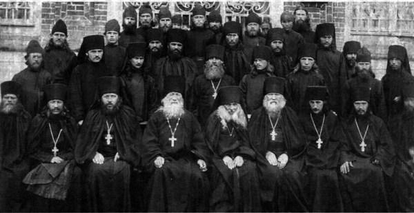 Братия Зосимовой пустыни Во втором ряду третий слева инок Александр (Лебедев)