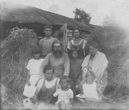Протоиерей Тихон и Хиония Ивановна с детьми и внуком