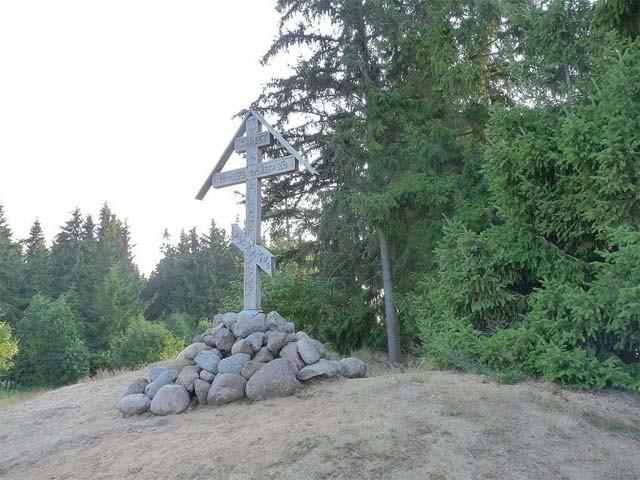 Поклонный крест на месте, где, по преданию, была построена келья преподобного Досифея