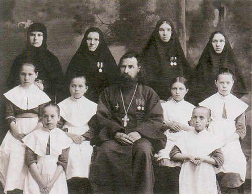 Протоиерей Евгений Елховский с сестрами и воспитанницами приюта Никольской обители
