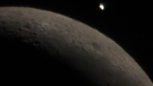 Луна приближается к Венере.