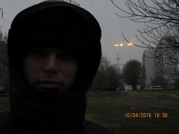 Во время ежедневной пешей прогулки, на фоне апрельского заката над облачной Москвой.