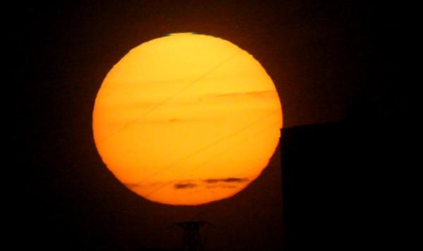 Зелёный луч на заходе Солнца во время прохождения Меркурия по Солнцу, в Москве.