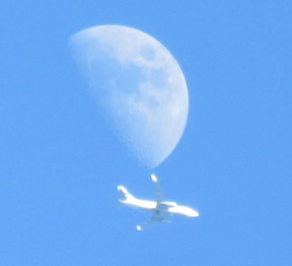 Самолёт возле Луны 14 мая 2016 г.