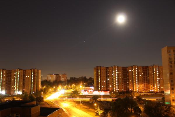 Городской ночной пейзаж 21 мая 2016 года. Луна, Марс, Сатурн и Скорпион над Москвой.