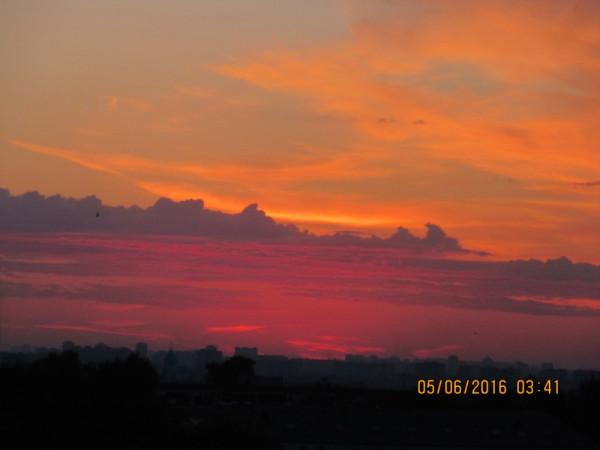 Предрассветная палитра небесных красок над Москвой