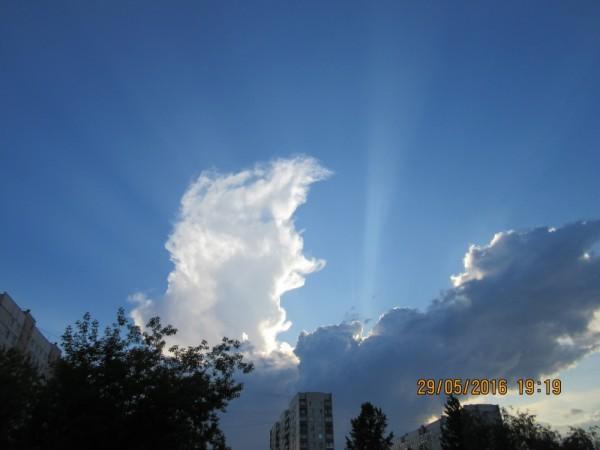 Кучевые облака над Москвой.