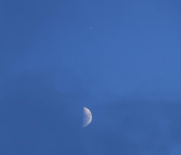 Соединение Луны и Юпитера в небе над Москвой 11.06.2016.