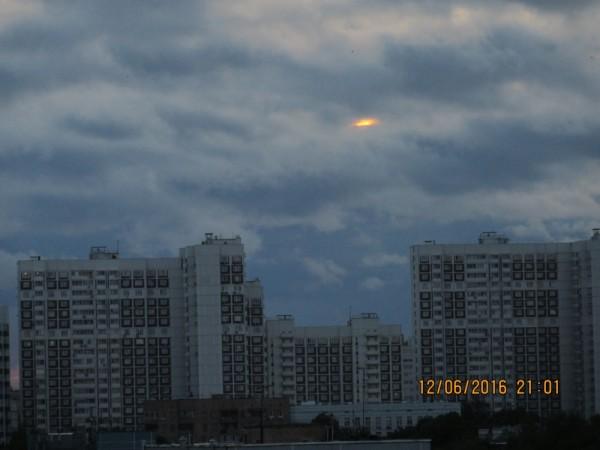 Закат в День России над Москвой (фото выполнено мной обычной цифромыльницей через моё окно).