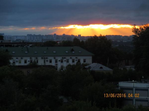 Утро нового дня в Москве - после Дня России (вид из моих окон).