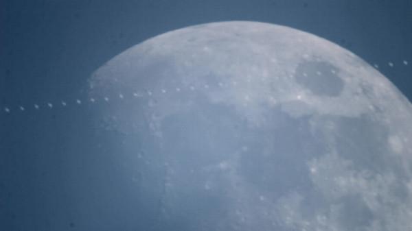 Пролёт МКС на фоне Луны днём 13.06.2016 над Москвой.