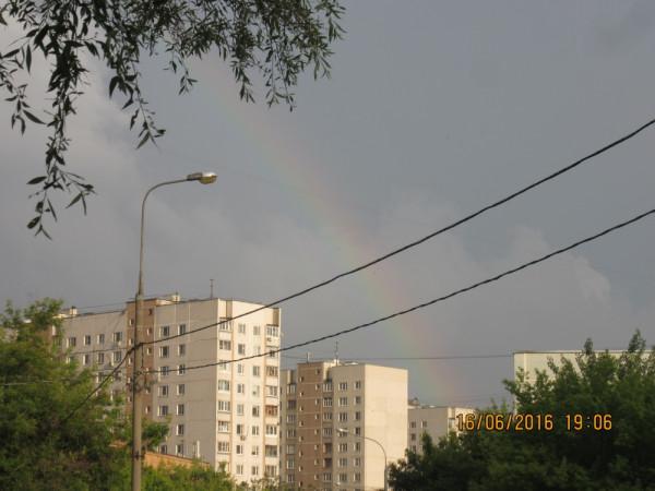 Радуга в небе над Москвой.