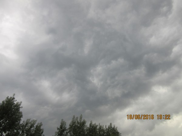 Грозовые облака 18.06.2016 в небе над Москвой.