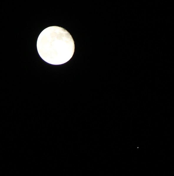 Соединение Луны и Юпитера 14.03.2017, в небе над Москвой.