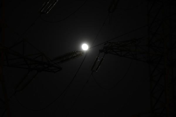Соединение Луны, Юпитера и Спики 14.03.2017,  на фоне опор ЛЭП, в Москве.