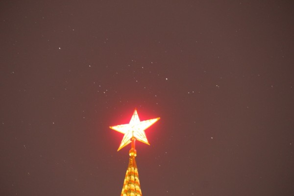 Звезда Московского Кремля на фоне звёздного неба, в Час Земли (25.03.2017, г. Москва, вид на верхушку Спасской башни - без подсветки). .JPG