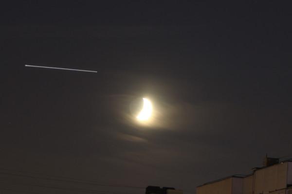 Пролёт японского спутника-шпиона IGS 9a (2015-004A, #40381) в небе над Москвой, возле Луны, 30 мая 2017 года.