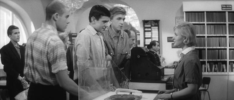Я шагаю по Москве. 1963 год. Рейтинг фильма - 7,993. 718-е место в Золотой Тысяче.