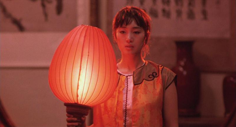 Зажги красный фонарь (Подними красный фонарь). 1991. Режиссёр Чжан Имоу. Рейтинг фильма - 9,948, 40-е место в Золотой Тысяче.