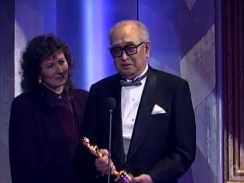 Акира Куросава в момент вручения почётного Оскара в 1990 году.