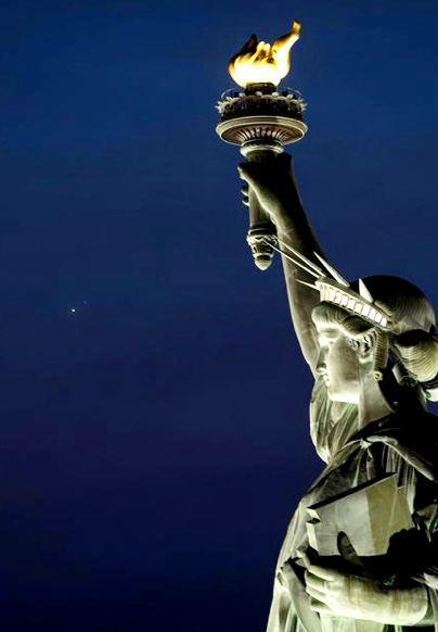 Статуя Свободы молча взирает на соединение Юпитер-Сатурн в Водолее