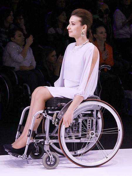 Девушки в инвалидных креслах фото