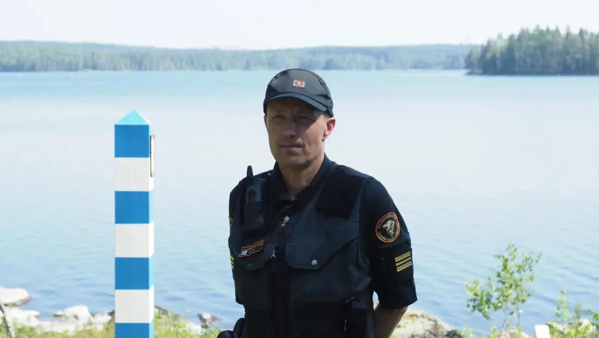 Начальник погранзаставы Иломантси Янне Натри на границе. Фото: Ari Haimakainen / Yle