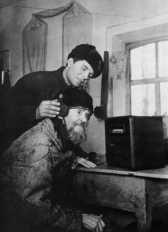 крестьянин слушает радио