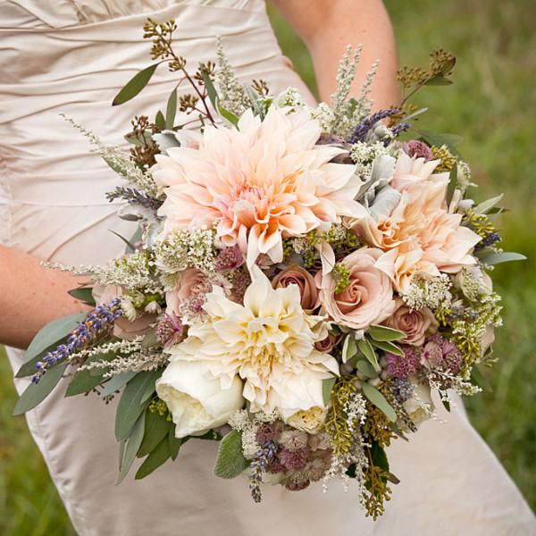 summer-wedding-flower-ideas-dahlia-rose-bouquet