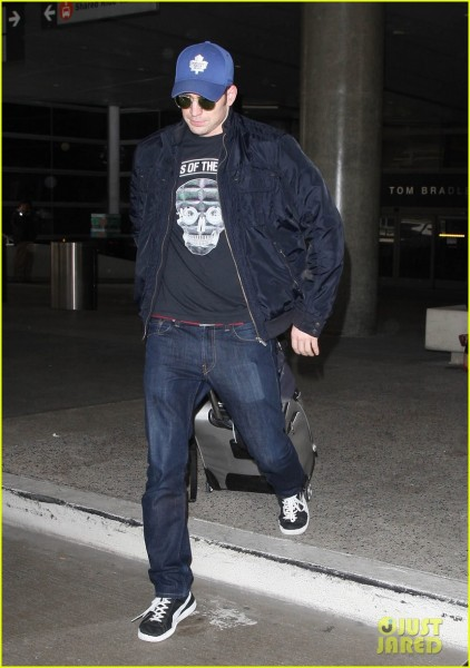 chris-evans-returns-from-london-looking-mighty-fine-01