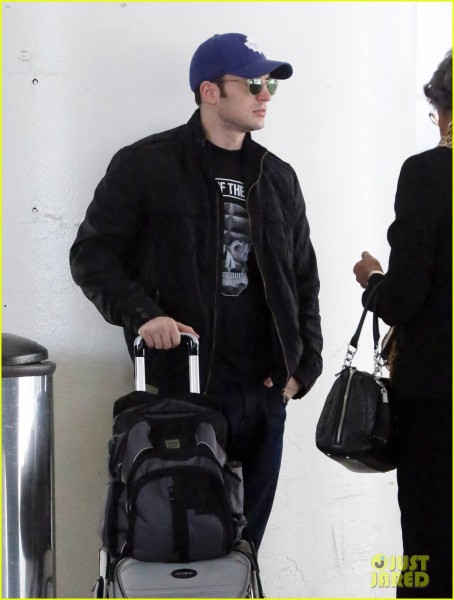 chris-evans-returns-from-london-looking-mighty-fine-04