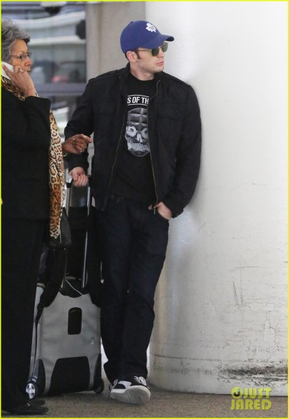 chris-evans-returns-from-london-looking-mighty-fine-06
